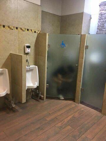 Szklane drzwi w toalecie