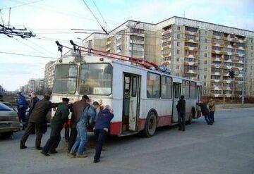 Trolejbus na popycha, oczywiści pchają pasażerowie