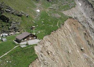 dom przy urwisku
