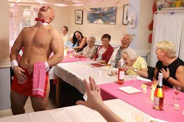 Emerytki zamówiły nagich kelnerów do domu spokojnej starości i urządzili uroczysty obiad