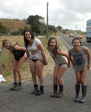 Dziewczyny łapią stopa