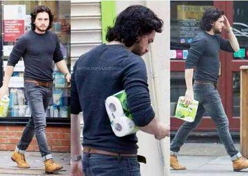 Jon Snow z papierem toaletowym
