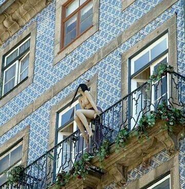 kobieta bez biustonosza na balkonie