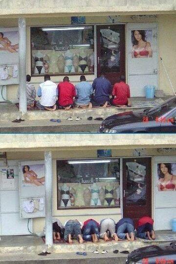 Modlą się przed sklepem z bielizną