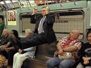 ćwiczy w metrze