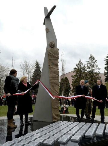 Pomnik Lecha Kaczyńskiego. Przywiązany do ogona tupolewa
