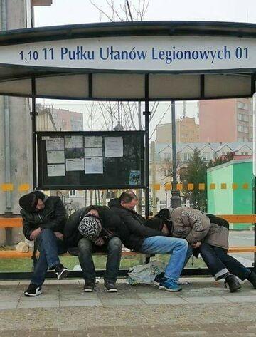 Przybyli ułani na przystanek