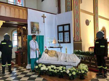Jezus pod kroplówką w kościele
