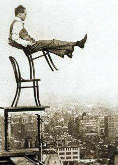 na krzesłach