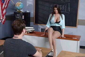 Nadobna i odrobinę kokieteryjna nauczycielka 1