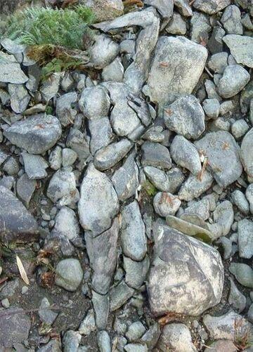 kobieta z kamieni