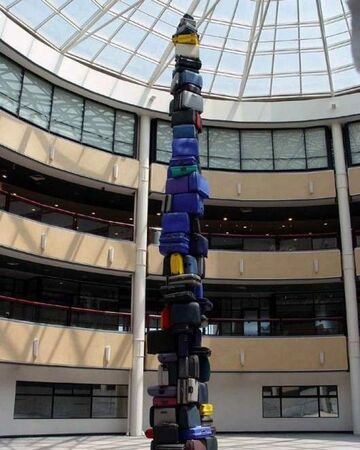 wieża z walizek
