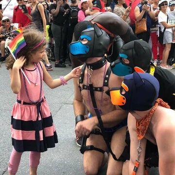 Mała dziewczynka na paradzie równości i tolerancji