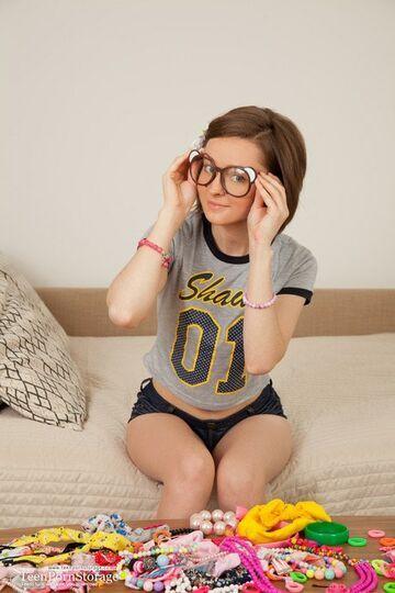 Piękna dziewczyna w okularach.