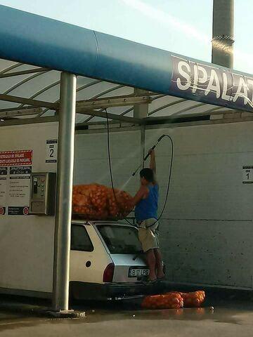 Mycie ziemniaków na myjni samochodowej