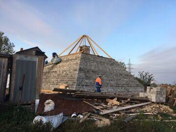 Sąsiad buduje piramidę