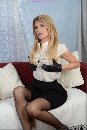 Dama, obowiazkowo winna występować w rękawiczkach V