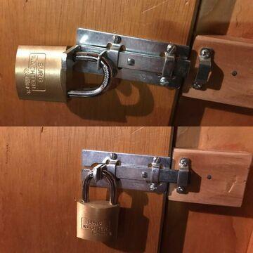 Bezpieczna zasuwa z kłódką na drzwiach
