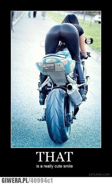 Idealna pupa i piękny motocykl