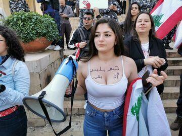 """Protest w Libanie. Kobieta z napisem na piersiach  """"Sama zadecyduję, co na siebie włożę"""""""