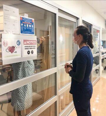 Pielęgniarka z w kółko i krzyżyk z chorym na koronawirusa