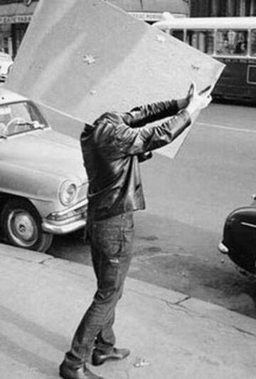 Facet na ulicy niesie lustro