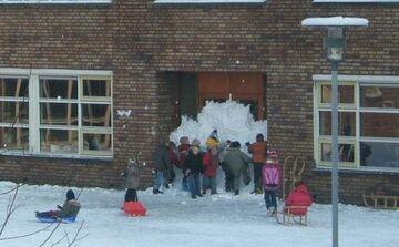 zakleili wejście do szkoły w czasie ferii