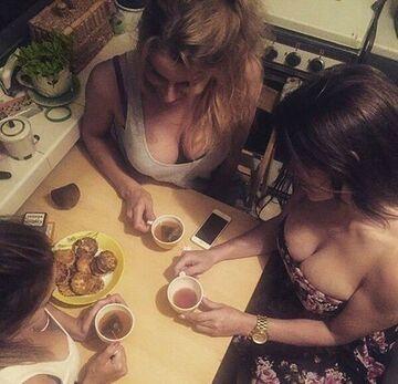 Dziewczyny piją herbatę