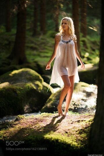 Sama w lesie
