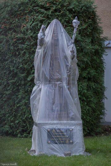 Pomnik w kondomie