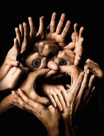 twarz z rąk