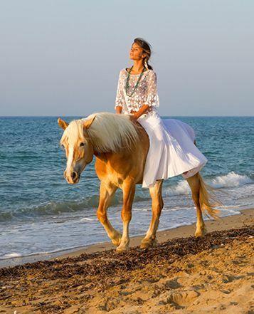 Piękna kobieta 101 Przejaźdżka brzegiem morza