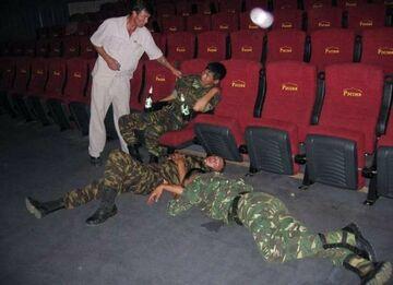 Żołnierze w kinie. Po seansie.