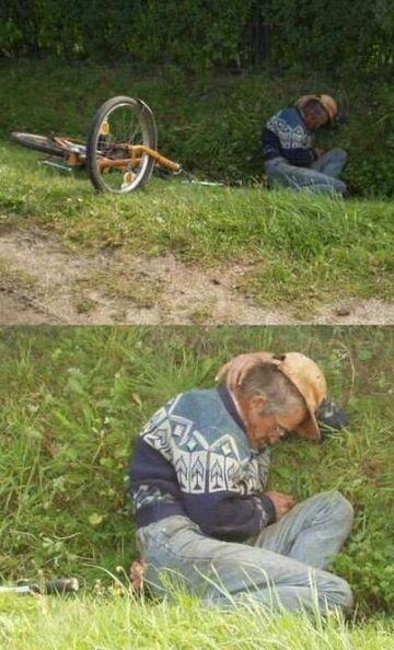 na trawie z rowerem