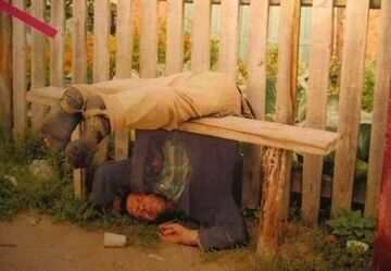 Wygibas na ławeczce pod płotem