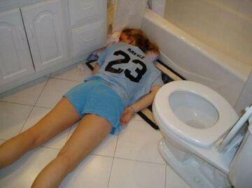 zasnęła w wc na podłodze