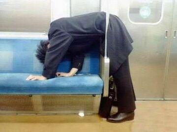 Drzemka na stojąco w metrze?
