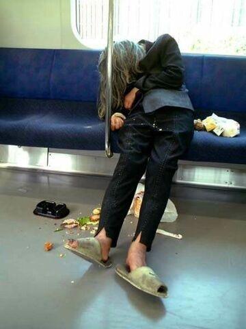 Kobieta śpi w tramwaju