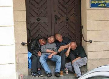 Chłopaki grzecznie śpią pod urzędem