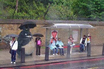 WTF? Maskotka na przystanku