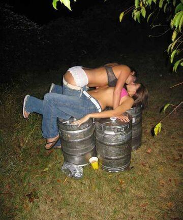 Namiętny pocałunek dziewczyn na beczkach piwa