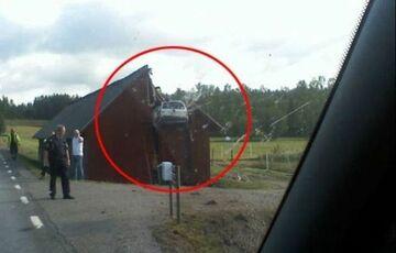 Wbił się autem w stodołę