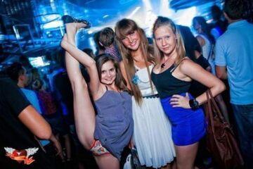 Takie tam z dziewczynami w klubie