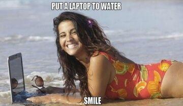 Uśmiech na plaży z laptopem