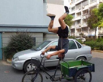Szaleniec jeździ na rowerze