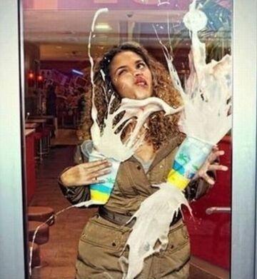 Nie myjcie szyb w drzwiach!