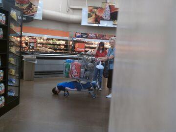 Tymczasem dzieciak na wózku w markecie