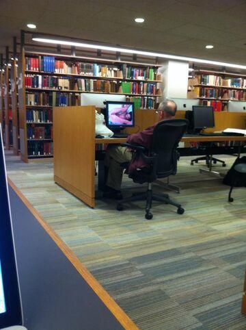 Dziadek w bibliotece