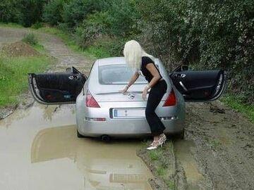 Blondynka stanęła autem w kałuży