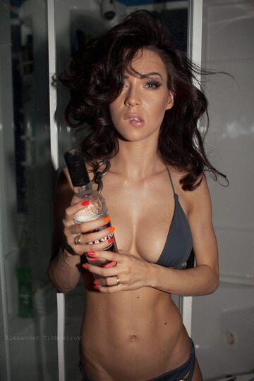 Yana Yatskovskaya z butelką